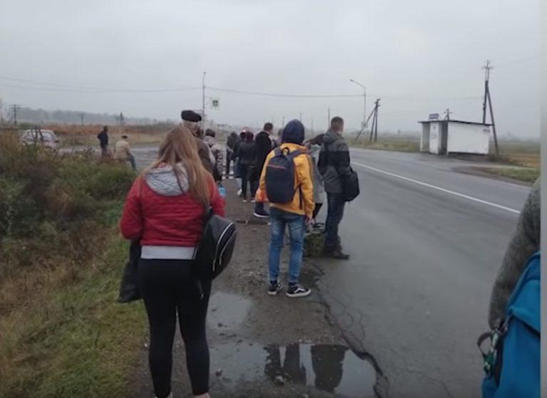 На Прикарпатті людей висадили з автобуса посеред дороги. ВІДЕО