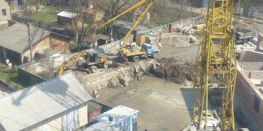 Небезпечне будівництво: у Коломиї кран працює просто над головами малечі, яка бавиться на майданчику. ФОТО+ВІДЕО