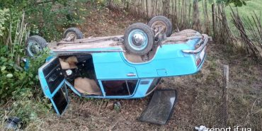 На Прикарпатті автомобіль з мопедом зіткнулися і злетіли у кювет. ФОТО