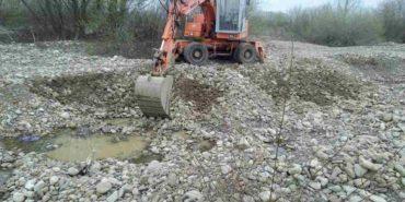 На Прикарпатті незаконно видобували пісок та гравій екскаватором. ФОТО