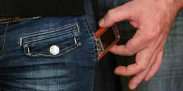 В одному з магазинів міста з кишені покупця було викрадено мобільний телефон