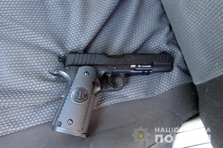 На Франківщині чоловік погрожував на вулиці пістолетом, бо йому зробили зауваження. ФОТО