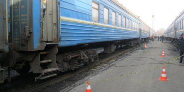 Трагедія на Коломийщині: п'яний чоловік випав з потяга і загинув