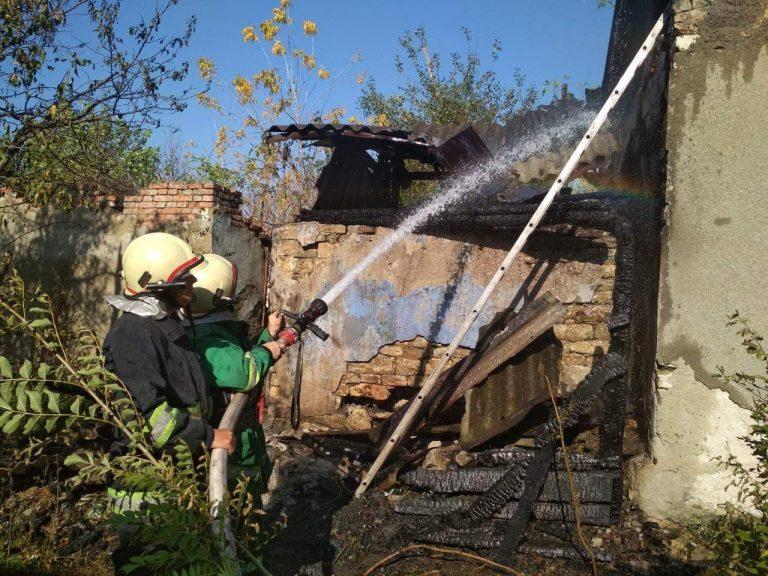 У Городенці чоловік спалював на подвір'ї сміття - вогонь перекинувся на хату. ФОТО