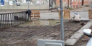 На вул. Січових Стрільців у Коломиї триває ремонт тротуарів. ФОТОФАКТ