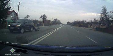 На Прикарпатті поліція спіймала п'яну лікарку, яка керувала побитою автівкою