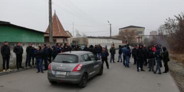 """У Івано-Франківську """"євробляхарі"""" блокують митницю. ФОТО"""