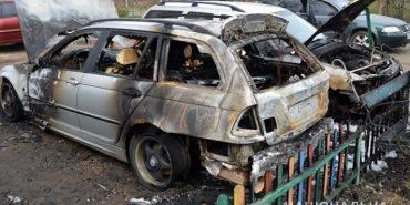 Поліція розшукує осіб, причетних до підпалу автівок у Коломиї. ФОТО