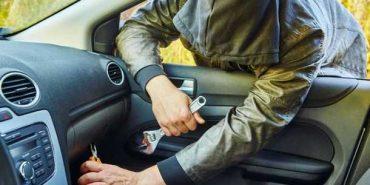 Поліцейські Івано-Франківщини затримали чоловіка за обкрадання автівок. ВІДЕО