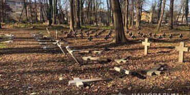 В Коломиї правоохоронці розшукують вандалів, які понівечили хрести на кладовищі. ФОТОФАКТ