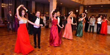 """Розкішні сукні, майстер-клас з танцю та етнопоказ: на Прикарпатті пройшов щорічний """"Галицький бал"""". ФОТО"""