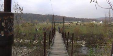 Згнилі дошки і погано приварені поручні – таким мостом змушені ходити прикарпатці.ВІДЕО