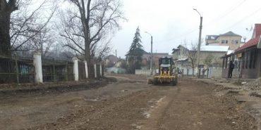 У Коломиї триває ремонт дороги біля нічного ринку. ФОТОФАКТ