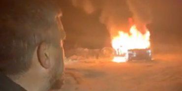 """Лідер """"євробляхерів"""" спалив свій Land Rover після прийнятих законів. ВІДЕО"""