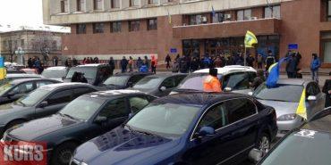 """Прикарпатські власники """"євроблях"""" вийшли на акцію непокори за зниження вартості розмитнення авто. ФОТО"""
