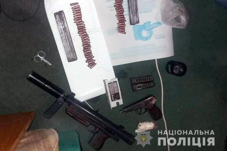 На Франківщині донеччанин зберігав у помешканні цілий арсенал зброї. ФОТО