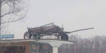 Збитки на Андрея:  в Коломийському районі витягли  фіру на дах зупинки. ФОТОФАКТ