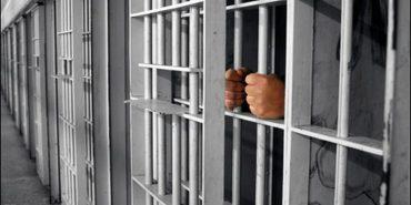 Правоохоронці Прикарпаття взяли під варту чоловіка, який з сокирою накинувся на поліцейських