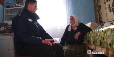 Приносять воду, рубають дрова, доставляють продукти: як на Коломийщині поліцейські допомагають одиноким пенсіонерам. ВІДЕО