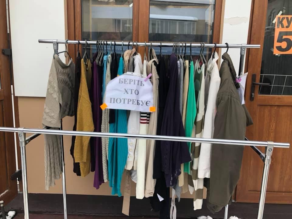 Беріть, хто потребує: у Коломиї підприємець безкоштовно роздає одяг (фотофакт)