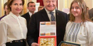 Студентка з Прикарпаття на зустрічі з Порошенком представила лікувальну жуйку. ФОТО