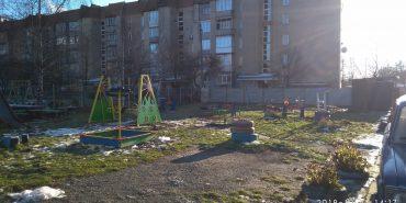 Ще одне подвір'я отримало нові гойдалки з міського бюджету