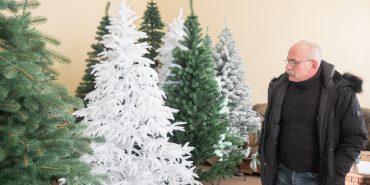 """Зимові красуні Дмитрука й """"Сіги"""": як у Ковалівці виготовляють ексклюзивні ялинки. ФОТО"""
