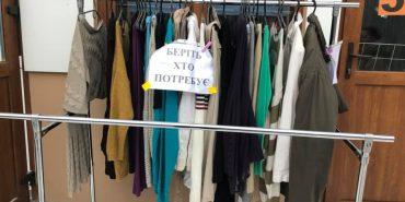 """""""Беріть, хто потребує"""". У Коломиї підприємець роздає безкоштовно одяг. ФОТОФАКТ"""
