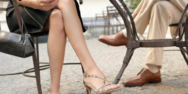"""Чи шкідливо сидіти """"нога на ногу"""", – пояснює МОЗ"""