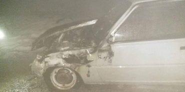 На Городенківщині серед дороги спалахнув автомобіль. ФОТО