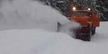 Сніжитиме й далі. Дорожники Прикарпаття звітують про забезпечений проїзд і складні ділянки дороги
