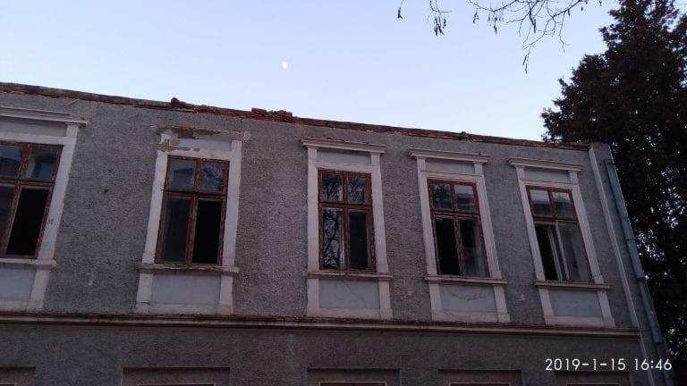 В центрі міста зносять аварійну адмінбудівлю