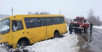 На Франківщині автобус з 20-ма пасажирами з'їхав у кювет
