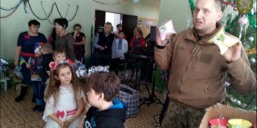 Бійці 10 гірсько-штурмової бригади привітали дітей з прифронтової зони. ВІДЕО