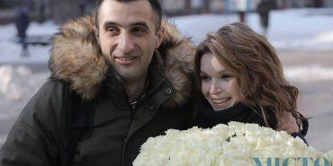 На Франківщині рятувальник у центрі міста зробив дівчині романтичну пропозицію руки і серця. ФОТО