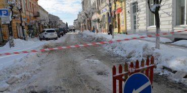 Коломийські комунальники просять підприємців розчистити тротуари від снігу та льоду