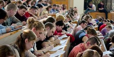 Скільки студентів і вищих навчальних закладів є на Прикарпатті, – статистика