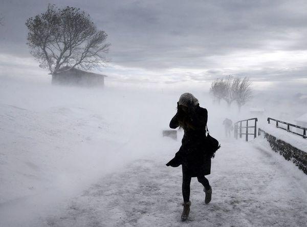Вітер і ожеледиця: на Прикарпатті оголосили штормове попередження