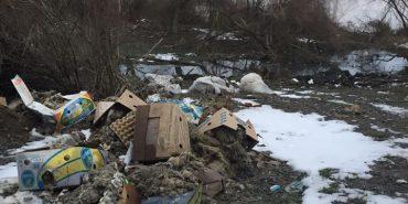 На річці Дністер виявили сміттєзвалище та приховану стічну трубу нечистот. ФОТО