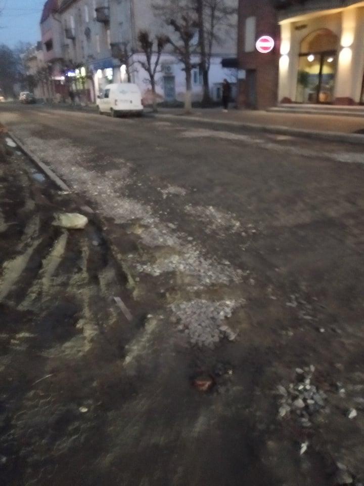 На вул. С. Стрільців провели поточний ремонт - засипали ями шутром