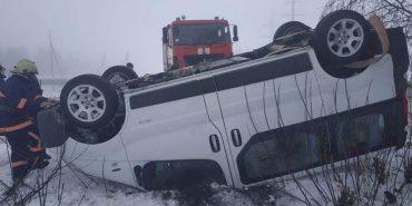 На Городенківщині через складні погодні умови перекинувся автомобіль. ФОТО