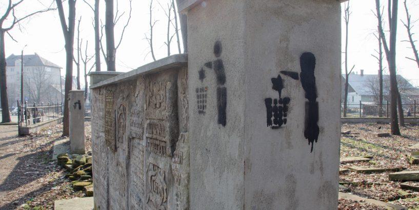 У Коломиї єврейське кладовище обмалювали антисемітською символікою (фоторепортаж)