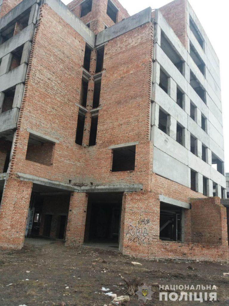 На Буковині двоє підлітків вистрибнули з 6 поверху будівлі. ФОТО+ВІДЕО