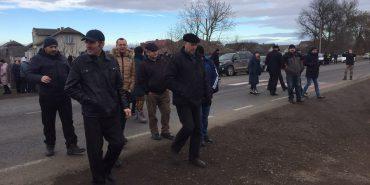 На Прикарпатті селяни перекривали дорогу: вимагали від влади облаштувати світлофори на переходах