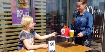 Ресторани швидкого харчування McDonald's будуть класти книги замість іграшок у Happy Meal