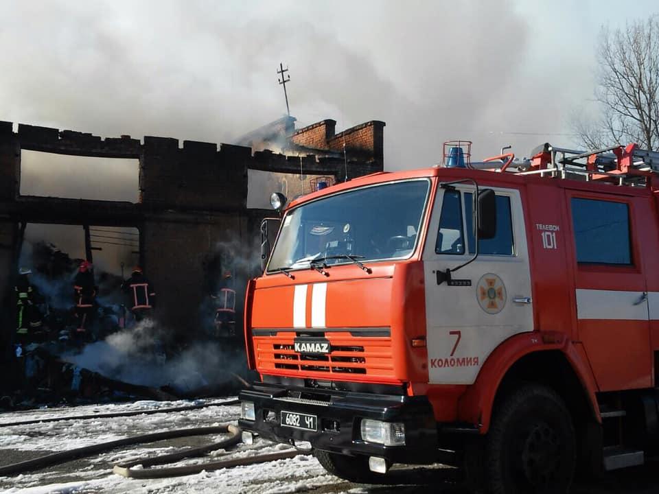 Знищено майже 500 м кв складів та майно, яке було в середині – стали відомими деякі подробиці масштабної пожежі, яка сталася вчора поблизу Коломиї (фото)