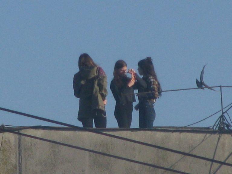 Небезпечне селфі: у Коломиї підлітки фотографуються на даху 9-поверхівки. ФОТОФАКТ