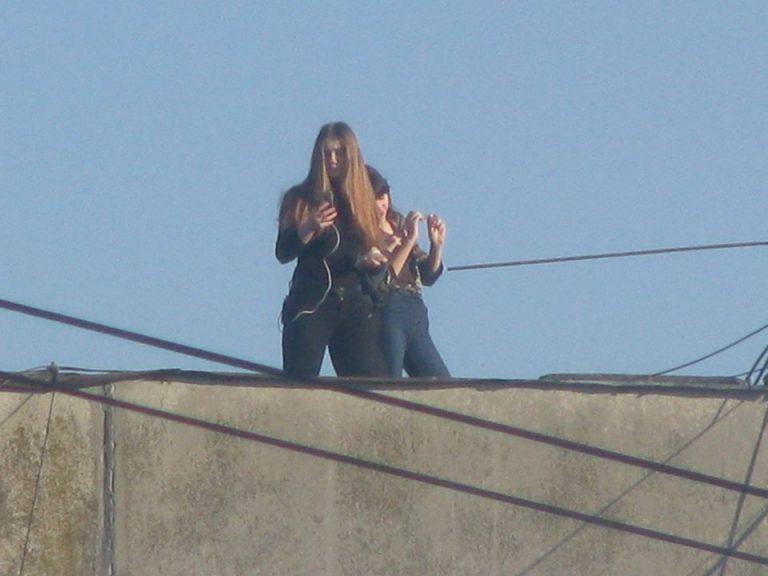 """Поліція з'ясовує подробиці """"фотосесії"""" на даху 9-поверхівки в Коломиї"""
