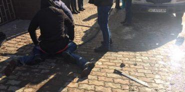 Чоловіка, який обстріляв офіс радіостанції, затримали. Він поранив слідчого. ФОТО
