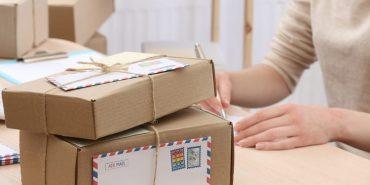 На Львівщині спіймали на гарячому працівників пошти, які 2 місяці крали посилки